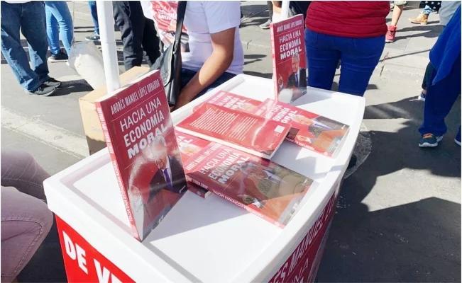 Simpatizantes de AMLO venden su libro en 200 pesos en el Zócalo