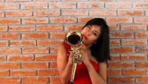Gobierno de Oaxaca ayuda a saxofonista agredida con ácido