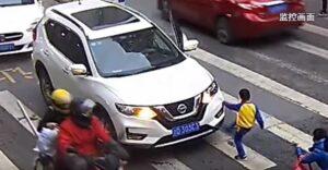 Niño encara al conductor que arrolló a su madre en un cruce peatonal