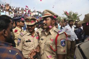 Vitorean a policías por abatir a cuatro sujetos acusados de violar y matar a una joven