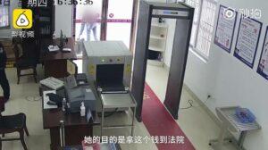 En venganza, joven paga multa con 60 mil monedas en efectivo