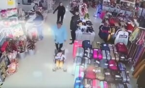 Detienen a una mujer que intentó robarse a un niño en una tienda de España