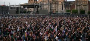"""Miles de mujeres alrededor del mundo entonan el himno feminista """"El violador eres tú"""" (VIDEOS)"""