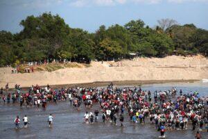 Migrantes centroamericanos cruzan el río Suchiate para entrar a México