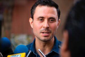 Alcalde de Veracruz se lleva a España a su familia y a un tuitero