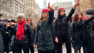 """Feministas cantan """"un violador en tu camino"""" contra Harvey Weinstein"""