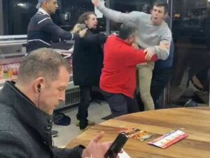 Un hombre come en calma mientras otros pelean y se convierte en meme