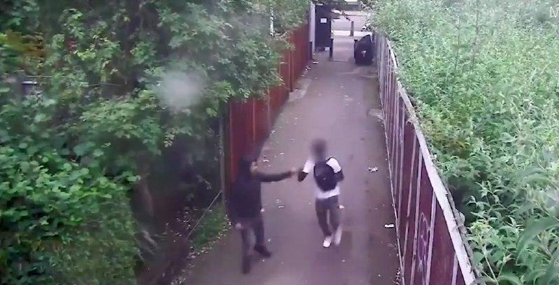 Dos adolescentes británicos chocan los puños luego de apuñalar a un joven en el corazón