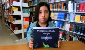 Estudiante de la UNAM crea libro para que personas con discapacidad visual identifiquen los colores