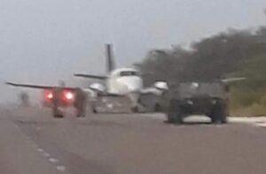 Aterriza avioneta con droga en carretera de Quintana Roo y provoca enfrentamiento