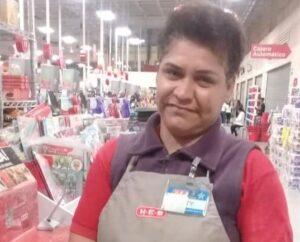 Empleada de supermercado entrega cartera extraviada con 8 mil pesos