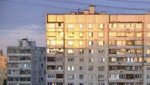 Mujer cae desde un noveno piso en Rusia, se levanta y se va caminando