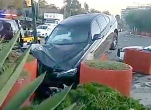 Automovilista a exceso de velocidad impacta BMW frente a Six Flags