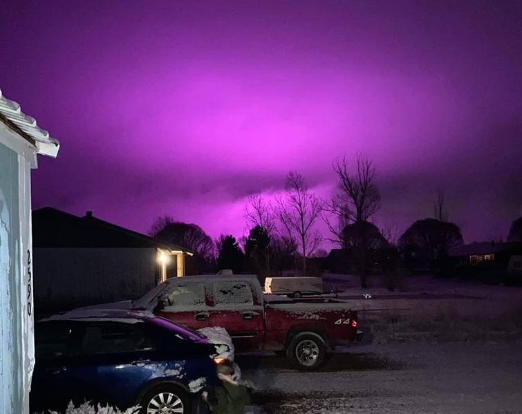 Una granja de marihuana tiñe de color púrpura el cielo en Arizona