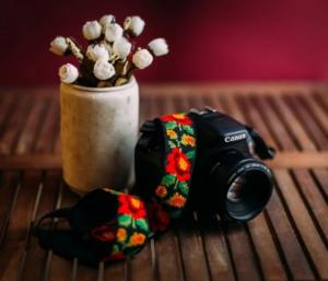 Artesanas mayas emprenden negocio de correas para cámaras fotográficas