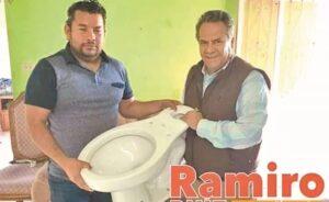 Diputado de Morena recibe críticas por regalar inodoros
