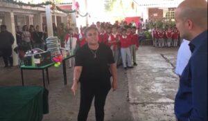 Maestra reclama a funcionario por retraso en el pago de su salario y la entrega de su plaza
