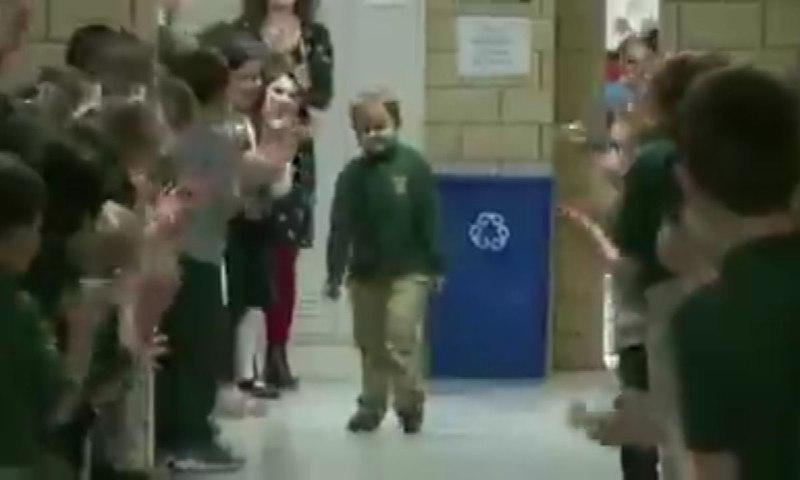 Compañeros ovacionan a niño de seis años que venció el cáncer