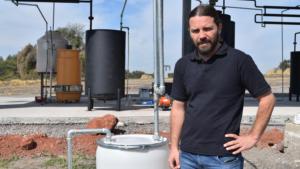 Pareja de Jalisco descubre cómo producir 1 litro de gasolina con 4 pesos
