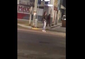 Mujer roba rifle de la policía y ataca a civiles en Aguascalientes