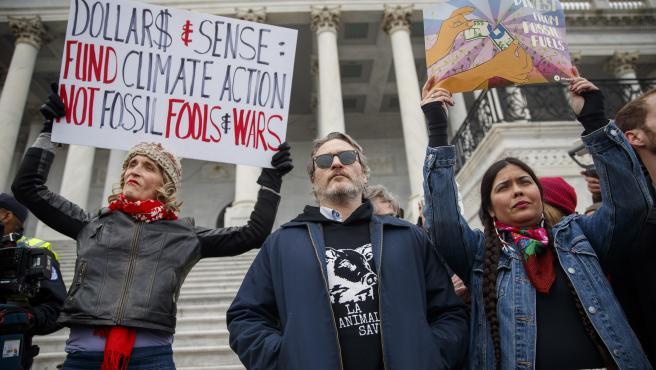 Detienen a Joaquin Phoenix y Martin Sheen durante protesta en Washington