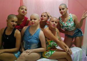 Joven es diagnosticada con cáncer y su familia se rapa para apoyarla