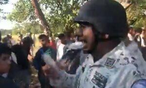 Integrante de la Guardia Nacional se burla y amenaza a migrantes con supuesto gas lacrimógeno