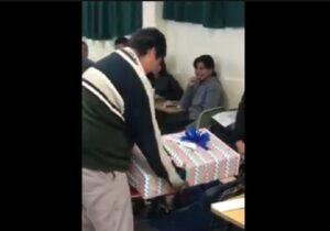Estudiantes dan regalo a su compañero para reconocer su esfuerzo por estudiar y trabajar