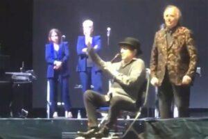 Joaquín Sabina sufre caída durante concierto en España
