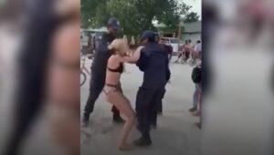 ¡Me están atacando sexualmente!, grita turista detenida por usar bikini