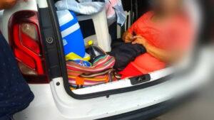 Detienen a conductor por llevar a su suegra en el maletero