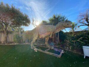 Padre compra dinosaurio para su hijo y recibe figura de 6 metros