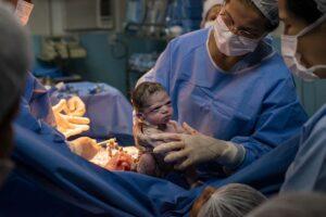 Niña recién nacida con cara de enojada se hace viral