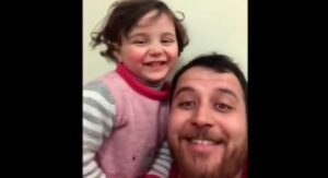 Padre e hija que se reían de bombas en Siria ya están a salvo en Turquía