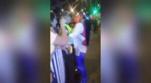 Mujer acosa sexualmente a policía en Carnaval de Barranquilla, Colombia