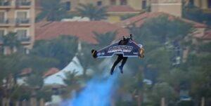 Piloto de Jetman Dubai logra volar con un traje con alas y turbinas