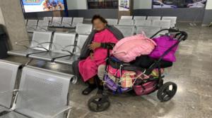 Brindan ayuda a mujer presuntamente abandonada por su hija