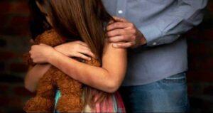Detienen a una mujer acusada de prostituir a su hija de 9 años con sus amigos