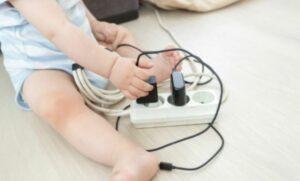 Bebé sufre una descarga eléctrica al morder el cable de un cargador de teléfono