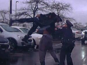 Jugador de americano levanta y arroja a policía de EU al suelo