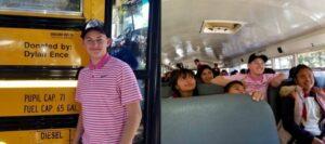 Joven estadounidense regala un autobús escolar repleto de útiles a niños de Michoacán