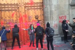 Por segundo día mujeres protestan contra feminicidios en Palacio Nacional