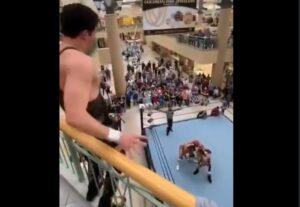 Luchador se lanza del segundo piso de un centro comercial durante una función