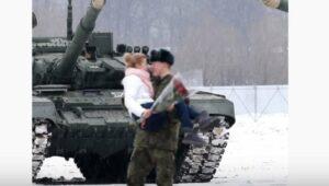 Un militar construye un corazón con tanques para petición de matrimonio