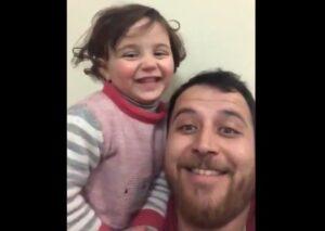Un padre sirio finge que las bombas son un juego para que su hija no se asuste