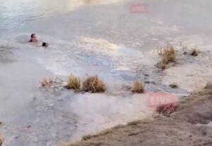 Una mujer se lanza a un lago congelado para rescatar a su perro
