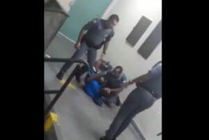 Policías brasileños agreden a jóvenes dentro de una escuela y los amenazan por grabar