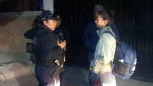 Policías resguarda a menor que fue olvidada por sus padres a la salida de la escuela
