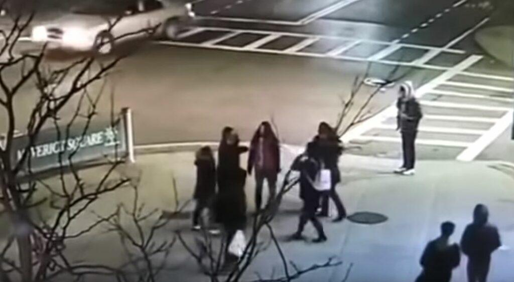 Dos mujeres blancas agreden a una latina y a su hija por hablar español en Boston