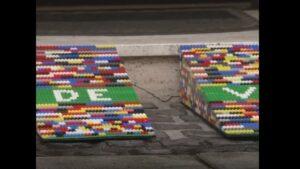 Una mujer construye rampas para sillas de ruedas con piezas de Lego